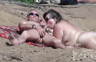 یک زن از سن بالزاک undresses در کون گند ریخته گری.