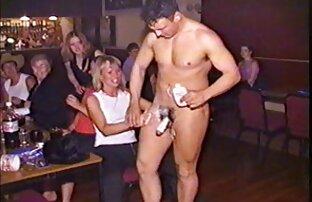 یک سکس کون بزرگ دانش آموز استمناء در مقابل دوربین.