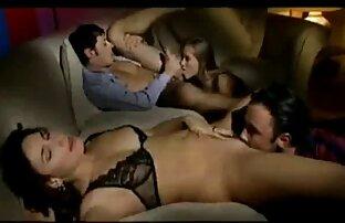 سکس در کاندوم بر روی نیمکت. زن از کون