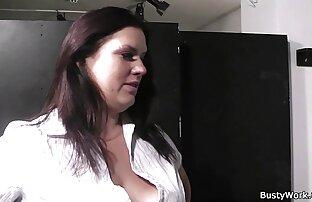 یک دختر در جوراب ساق بلند در آلت تناسلی سکس کون بزرگ مرد سیاه و سفید.
