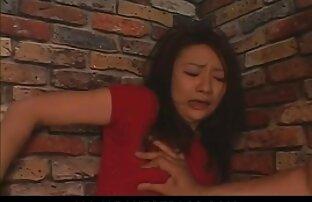 لعنتی یک زن آسیایی در بیدمشک خانم کونگنده او در یک هتل ارزان.