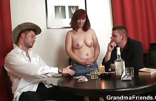 لیزا یک زن بالغ کون گنده بزرگ برهنه در جوراب ساق بلند است.